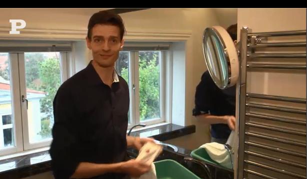Michael René laver video for Politikens Tv om fjernelse af blod (1)