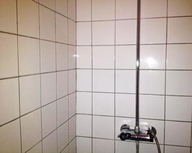 fliser badeværelse gulv Rengøring af fliser og klinker i brusekabine, badeværelse og hjemme fliser badeværelse gulv